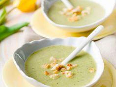 Courgette-broccolisoep met croutons  Ingrediënten voor 4      1 broccoli     1 courgette     2 uien     2 teentjes knoflook     2 takjes tijm     1 blaadje laurier     3 stengels peterselie     2 sneetjes broden (zonder korst)     1½ l kippenbouillons     boter     peper     zout