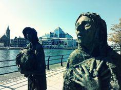 An Gorta Mor:  A grande fome (1845—1849) na Irlanda  retratada na extensão do Rio Liffey, período de fome, doenças e emigração em massa. #gironapangeia #Irlanda #dublin #ireland #trip #viagem #liffey #mochileiros