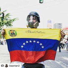 Foto de @bsantan2 Bandera de Venezuela siempre al frente #ccs #caracas #caracascamina Pa lante y sin miedo! Caracas 26 de abril! #palanteysinmiedo #caracas #Caracas17