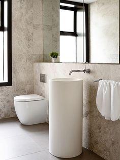 banheiro com lavatorio de piso cilindrico   Carr Design Group