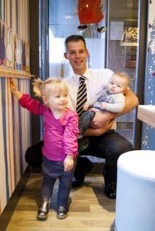 Noodgedwongen maakten Jeordy Jansen en zijn vrouw gebruik van Ronald McDonald Huis Utrecht. Hun zoontje Yaran werd in september 2008 geboren en had direct moeite met ademhalen. Het ziekenhuis in Zwolle kon niet achterhalen wat de oorzaak was. Er was een longbiopt nodig. Daarvoor moest Yaran naar het academisch ziekenhuis in Utrecht. >> Lees het hele verhaal op: http://www.kinderfonds.nl/wat-we-doen/ouders-vertellen/onmisbaar