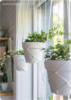 鉢の部分を編めたら、残りはお好みの長さにして、ひっかけられるように結び目をつけたりフックをつけて完成です。シンプルな編み方なので、すっきりとした印象に仕上がります。