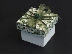Caixa Laço Duplo     Caixa em mdf, pintada e revestida com tecido 100%algodão na tampa, com laço Duplo em Fita Voil Combinando, Cordão de Seda E flor de Cetim.  Fazemos as caixinhas para lembranças de padrinhos, daminhas e pajem, de acordo com a decoração do seu evento, consulte sobre outras cores e padrões de tecido.  As medidas são de 6cmx6cm.  Tag de agradecimento personalizado.  O prazo para entrega depende da quantidade.    Pedido mínimo :12 peças    Somente Sob Encomenda.    R$ 9,20…