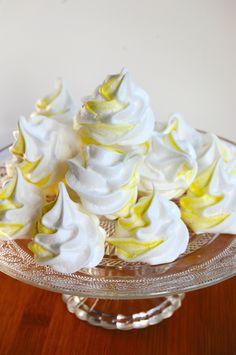 Se her hvordan du let og enkelt kan lave de fineste stribede marengskys. Få opskriften på dette og meget mere hos Copenhagen Cakes <3