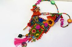 La vie est si courte  et ce collier de fête nous le rappelle! Le carnaval invite dans cette procession  à célébrer la vie! Les petites poupées à tête de mort sonnent leur cl - 17587680