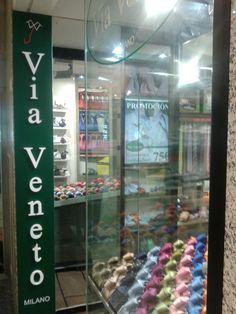 Questa è un negozio di abbligliamento per uomini situato molto vicino al mio lavoro. Ho scelto questa foto perché la moda è un'attività molto importante per gli italiani.  Miguel Angel Carro