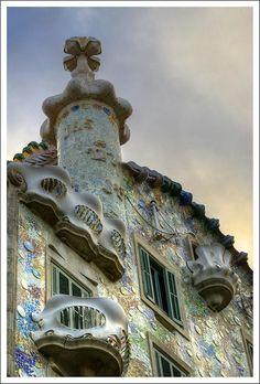Otro elemento característico de la fachada es su revestimiento con vidrios y cerámica de vivos colores, que crean diversos efectos visuales según la luz que incide en ellos. Para su confección, picó el anterior muro y lo recubrió de mortero de cal, sobre el que colocó los vidrios del taller Pelegrí, combinados en diferentes tonalidades