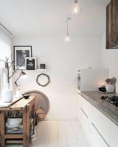 Una cocina actual y rústica al tiempo: micro-cemento, muebles y estantes de madera sin tratar, suelo de madera lacada...
