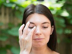 Was tun gegen Augenringe - Pflegeprodukte richtig auftragen