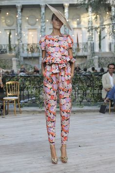 MBFWM - Desfile DelPozo P/V 2013 - mi red carpet · slow lifestyle magazine Mercedes Benz, Fashion Now, High Fashion, Fashion Weeks, Couture Fashion, Runway Fashion, Madrid, Floral Print Pants, Printed Pants