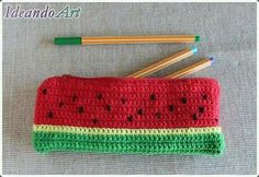 Portalápices en Crochet ¡¡Llega Septiembre!! | Otakulandia.es Crochet Food, Love Crochet, Crochet Gifts, Diy Crochet, Knitting Projects, Crochet Projects, Crochet Pencil Case, Crochet Stitches, Crochet Patterns