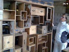 Skön rumsavdelare av gamla lådor