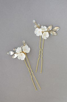 Bridal floral hair pins Wedding flower white pins Flower bridal hair piece White bridal hair flower Hairpiece for bride hairstyle Boho Wedding Hair, Chic Wedding, Wedding Trends, Wedding Jewelry, Rustic Wedding, Dream Wedding, Bridal Hair Flowers, Bridal Hair Pins, Simple Bridal Hairstyle