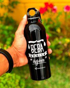 💧 Squeeze de Alumínio 500 ml personalizado em uma cor, para presentear colaboradores e parceiros. Por quê beber água, é tão importante ? Provavelmente, você sabe que o consumo de água é necessário para a sua saúde e bem estar; Além de ajudar a controlar a pressão sanguínea, a água previne câimbras, aumenta a resistência física do corpo, ajuda na digestão de alimentos e a eliminar toxinas do organismo, entre outros benefícios. Ande sempre com uma garrafa de água, e beba regularmente. Cuide… Cold Brew, Coffee Bottle, Control, Food, Drinking Water, Water Bottles, Personalized Mugs, Health And Wellness, Favors