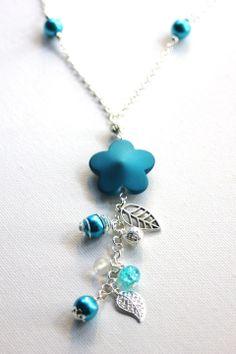 Collier Sautoir argenté fleur bleu turquoise et ses breloques : Collier par emmafashionstyle