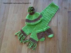 Gehaakt setje voor herfst en winter: sjaal, muts en wanten.