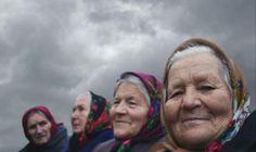 Po černobylské katastrofě se bezprostřední okolí jaderného reaktoru stalo zemí nikoho. Opuštěné ulice měst i vesnic jsou dnes zarostlé stromy, jejich korunami šumí vítr. Uprostřed této zakázané zóny přesto existuje život. V dřevěných chatrčích tu přebývají bábušky, ženy, které se po nucené evakuaci vrátily ilegálně zpět do svých domovů...