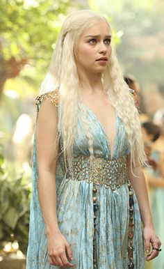 Beautiful Emilia Clarke plays hot blonde khaleesi, Daenerys Targaryen, mother of dragons in the HBO series Game of Thrones. Costumes Game Of Thrones, Arte Game Of Thrones, Game Of Thrones Khaleesi, Game Of Throne Daenerys, Cosplay Daenerys Targaryen, Khaleesi Costume, Danaerys Targaryen Costume, Khaleesi Hairstyle, Movie Costumes