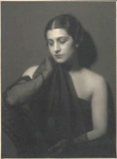 TINA LATTANZI( foto di Emilio Sommariva) nata a Licenza nel 1897 e morta nel 1997 a Milano. Attrice dotata di una voce raffinata, dal timbro profondo e suadente, contraddistinta dal vezzo recitativo del birignao, nel 1934 iniziò la sua carriera di doppiatrice e fu da quel periodo fino alla metà degli anni cinquanta assieme alla collega Lydia Simoneschi, la primadonna del doppiaggio italiano, prestando la sua voce alle più grandi dive del cinema hollywoodiano.