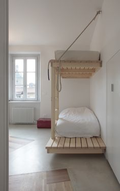 Interesting idea for simple, modern #bunk beds. I'd make some safety changes, rounding off the corner by the ladder or shortening/removing the extended platform, and if it's for kids I'd reduce the height of the top bunk & probably add a guard rail. #wood #wooden