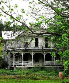 awesome 52 Affordable Old House Ideas Look Interesting For Your Home Abandoned Buildings, Abandoned Property, Old Abandoned Houses, Old Buildings, Abandoned Places, Abandoned Castles, Beautiful Buildings, Beautiful Homes, Beautiful Places