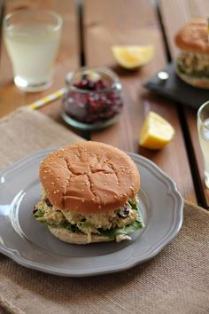 The one with all the tastes | Κοτοσαλάτα με κάρυ και cranberries Cranberry Chicken, Chicken Salad, Salmon Burgers, Food Dishes, The One, Hamburger, Salads, Sandwiches, Recipies
