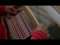 Krokbragd Tulips on a rigid heddle loom Finger Weaving, Loom Weaving, Hand Weaving, Diy Projects To Try, Craft Projects, Craft Ideas, Cricket Loom, Hobby Room, Weaving Patterns