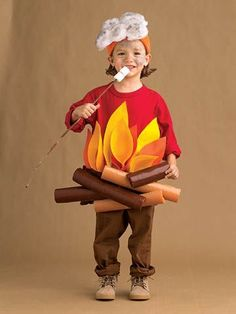 51 easy Halloween costumes for kids These costumes are faster than the lineup at the party store and easier than one of those fancy pumpkin-carving stencils. The post 51 easy Halloween costumes for kids & Halloween appeared first on Galia Sto. Costume Halloween Maison, Halloween Costumes Kids Homemade, Homemade Halloween Costumes, Halloween Party Supplies, Couple Halloween Costumes, Kid Halloween, Vintage Halloween, Halloween Makeup, Halloween Stencils