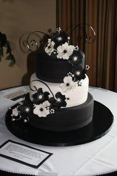 Black and White Wedding cake. but in my colors. - Black and White Wedding cake… but in my colors… too much? Round Wedding Cakes, Floral Wedding Cakes, Fall Wedding Cakes, White Wedding Cakes, Black White Cakes, Black And White Wedding Cake, Elegant Birthday Party, 40th Birthday Cakes, Wedding Cake Inspiration
