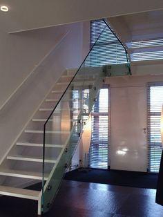 glazen trapopgang met stoere rvs bevestiging