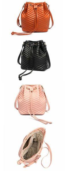 cc2061d1d Bolsa Esther Macadâmia Original Bolsa saco com um lindo detalhe em  matelassê. O estilo da