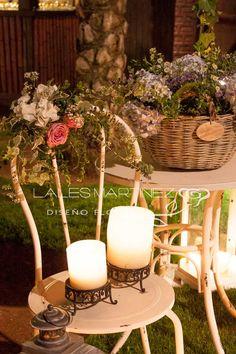 Decoraciones de boda. Cestos de mimbre con flores