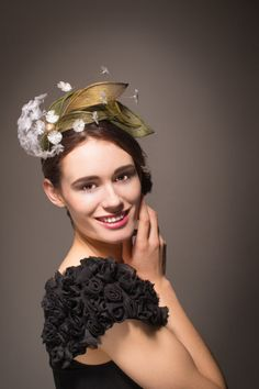 White dandelion flower hat/ fascinator headband in green and gold. A fun headpiece,ideal for the races, weddings and other festive occasions...