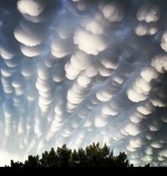 Mammatus clouds often appear before extreme weather, including hail and tornados. Beautiful Sky, Beautiful World, Beautiful Hearts, Mammatus Clouds, Cool Pictures, Cool Photos, Nature Pictures, Beautiful Pictures, Amazing Nature