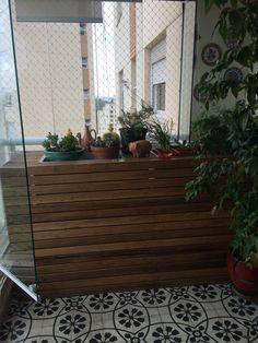 Solução para esconder o ar condicionado da varanda. Madeira de demolição com Horta junto. By carol Aquino