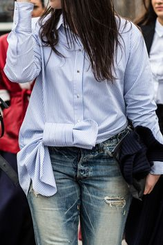 With London Fashion Week in full style swing, take a look at the best street looks spotted outside the shows. Photos by Sandra Semburg. Street Style Chic, Street Style Women, Style Casual, Style Me, Fashion Details, Look Fashion, Look Urban Chic, Outfits With Striped Shirts, Outfits Mujer