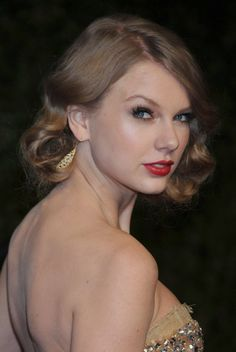 Taylor Swift shines in elegant hairstyle