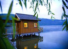 Neuer Name Seesauna ist Hommage an den glasklaren Millstätter See Spa Hotel, House In Nature, Sauna, Austria, Cabin, House Styles, Den, Houses, Home Decor