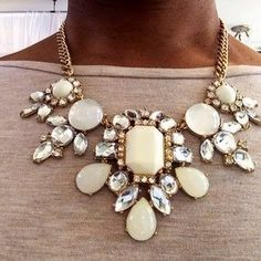 love love love this! exactly what a statement necklace should do...make a statement!