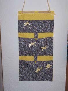 Vide-poches mural à soufflets. Cotons Sigrid's fabric sur A Little Mercerie. Pas de tuto