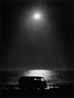 Moon over VW bus at the beach. Bus Vw, Volkswagen Transporter, Vw T1, Vw Minibus, Vw Caravan, Willy Ronis, Vw Camping, Beach Camping, Combi Vw