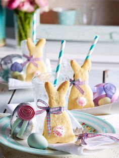 Osterfrühstück: Osterhasenkekse, Tischdekoration zum Osterfest und ein leckeres Rezept für Mürbeteig-Häschen
