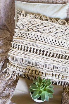 Macrame pillow cover is the best beginner macrame projects other than wall hanging. home diy crafts Beginner Macrame Projects Besides Wall Hanging Macrame Plant Hangers, Macrame Bag, Macrame Knots, Macrame Wall Hanging Diy, Diy Pillow Covers, Diy Pillows, Macrame Projects, Sewing Projects, Garden Projects