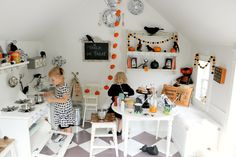 Tiny Little Pads: CELEBRATING A PRE-HALLOWEEN PARTY for your kids. Kids Halloween Party. Playhouse Party. Halloween Decor. #halloween #kidshalloween www.tinylittlepads.com