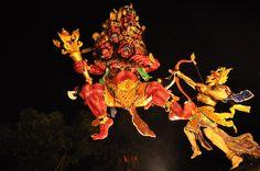 La sera che precede il Giorno del Silenzio, al contrario, lungo le strade di #Bali sfilano gli Ogoh Ogoh, enormi pupazzi di cartapesta che indurrebbero gli spiriti, non importa se maligni o benigni, a raccogliersi sull'isola.