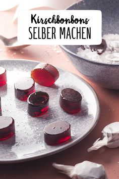 Kirschbonbons selber machen Make your own cherry candies Homemade candies are a great DIY gift for Christmas or a birthday. Diy Gifts Just Because, Comida Diy, Monster Cookie Bars, Childrens Meals, Cherry Candy, Homemade Candies, Thanksgiving Appetizers, Le Diner, Cupcakes