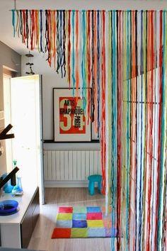 Eu acho original essas cortinas. Nunca tive, mas lembro que quando criança na casa da meus avós tinha uma de plástico colorido,eram umas fitas transparentes e me parecia coisa de outro mundo.Era muito