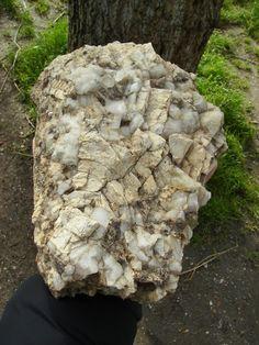 Hand samples of portuguese plutonic rocks: hercynian pegmatite rock with potassic feldspar (Aguiar-da-Beira).  Amostras de mão de rochas plutónicas portuguesas: pegmatito (Aguiar-da-Beira).