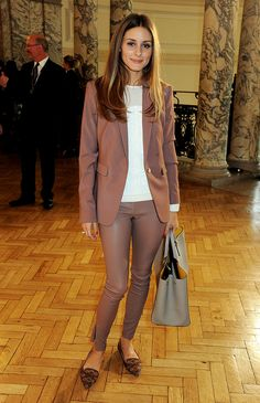 Here in the capital on the final day of London Fashion Week, Olivia Palermo chose to wear Reiss to the Anya Hindmarch presentation. Wearing our Carrie leather leggings in cognac with our Laurel Oak blazer in cherry, she totally has the tonal trend down. Olivia Palermo Outfit, Estilo Olivia Palermo, Olivia Palermo Lookbook, Olivia Palermo Style, Work Fashion, Star Fashion, Fall Fashion, Business Outfit Damen, Look Office