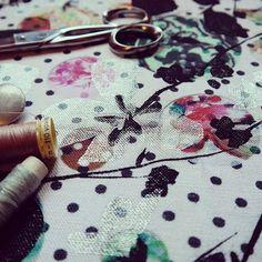 Vous l'aurez compris, j'adore les pois 📍📍📍 ... et les surimpressions ❤️ ... Ici, un essai avec de la métallisation - sur une impression numérique - pour le jour 30 du challenge Flow // argenté 🌨 #designcatherinemettetal #creatrice #flowpetitsplaisirs #argenté #silver #dots #polkadot #pois #surimpresssion #metallisation #print #overprint #digitalprinting #impression #handmade #craft #screenprinting #patterndesign #artwork #creative #textiledesigner #fabricdesigner #flowmagazine…